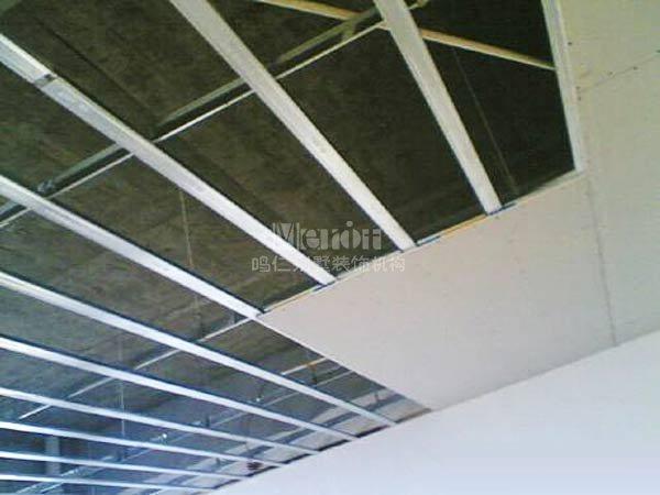 湿作业的空间的顶板与吊顶之间在采用专用固定连接件固定在结构体